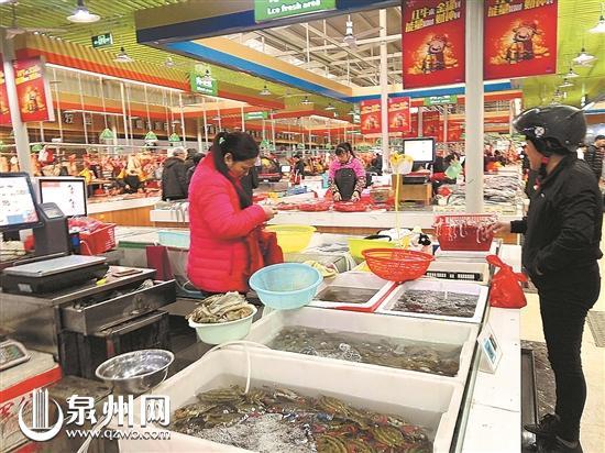 在东美农贸市场,市民正在购买海鲜。