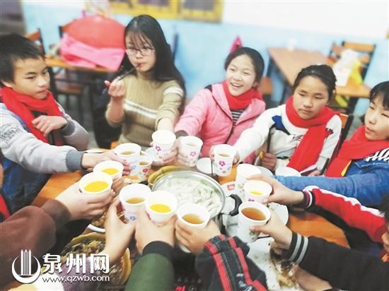 孩子们开心地吃团圆饭