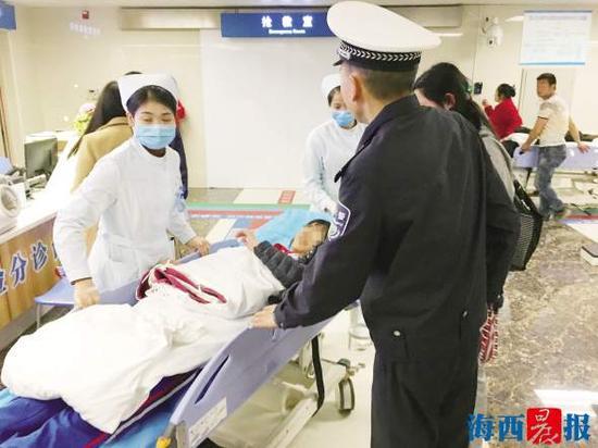 辅警董永记协助医护人员将女学生送急诊。