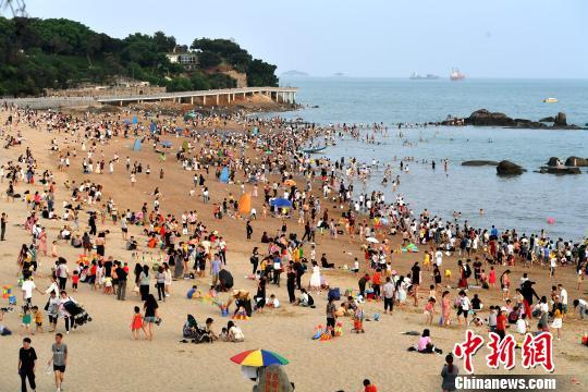 厦大白城海滩游客众多。吕明摄