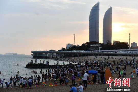 游客在厦门白城沙滩游玩。吕明摄