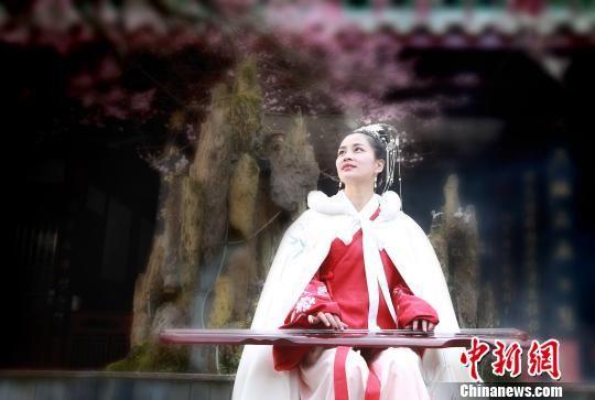 汉服少女在林阳寺梅园抚琴,留下青春影像。 网友清风 摄