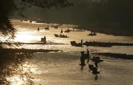游人乘竹筏畅游九曲溪