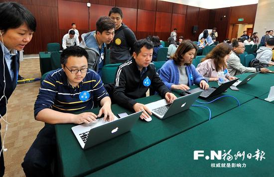 《福州日报》记者在新闻中心进行网络测试。