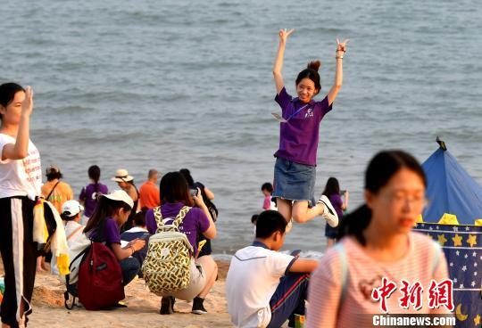 游客在厦大海滩拍照留念。吕明摄