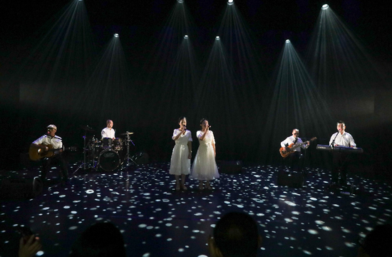 """用爱与梦想唱响世界 逆光乐队举行特殊""""黑暗演唱会"""""""