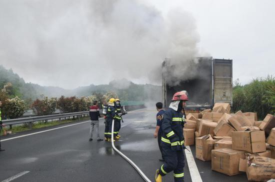 三明永安:满载纸杯挂车高速路上起火 消防成功扑灭