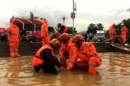 暴雨袭城,三明消防指战员一线救援瞬间