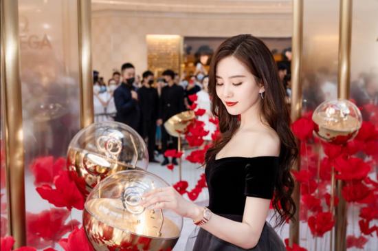 刘诗诗现身厦门 一身渐变裙亮相品牌巡展揭幕