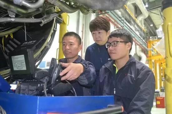 新科宇航科技有限公司的发动机维修工程师进行技术攻关