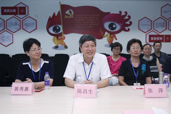 厦门市政协陈昌生副主席一行考察新浪厦门。图为嘉宾认真倾听、交流。