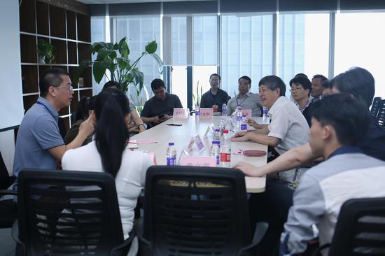 厦门市政协陈昌生副主席一行考察新浪厦门。图为气氛轻松、智慧碰撞的座谈会。