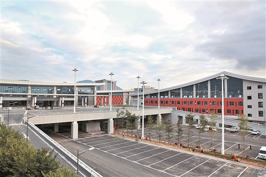 综合交通枢纽站的启用将改善站前交通秩序