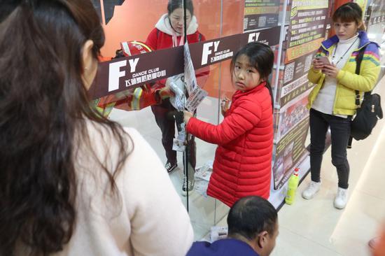 三明宁化:女孩贪玩手卡门缝 消防紧?#26412;?#25588;
