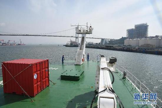 """6月22日,""""科学""""号缓缓驶向厦门国际邮轮中心码头。新华社记者 张旭东 摄"""