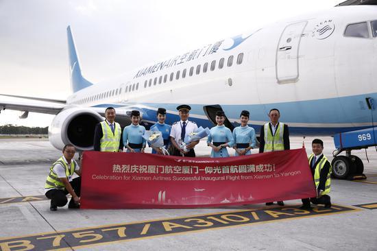 首航航班机组在仰光机场合影留念。