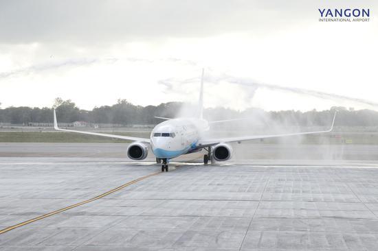 """仰光国际机场为厦航航班""""接风洗尘"""",祝贺航线首航成功。"""