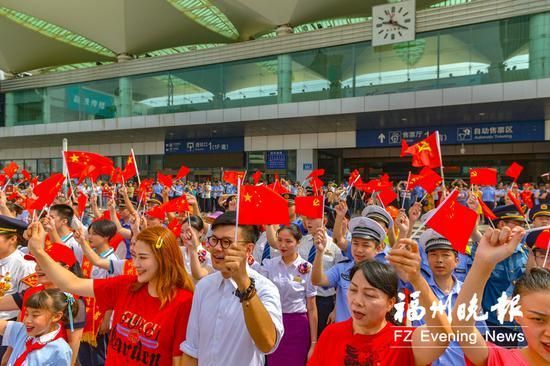 """福州火车站南广场举行红歌""""快闪""""活动。"""