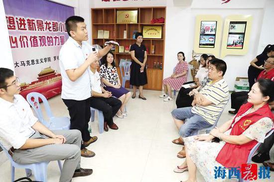 专家与居民面对面交流。