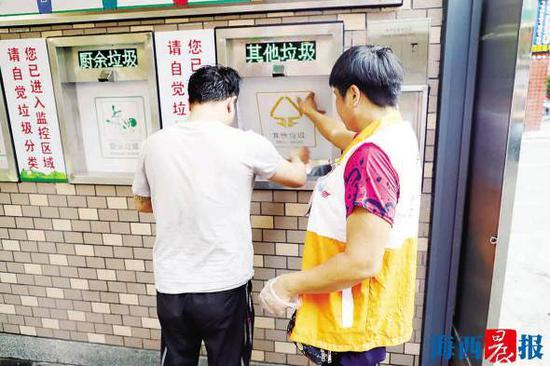 居民往智能环保垃圾屋投放垃圾。   社区供图