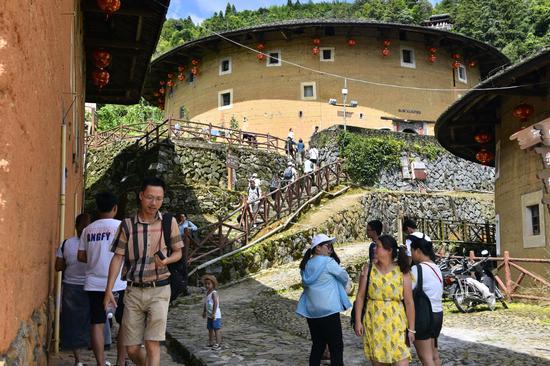 近年来,南靖土楼景区加大基础设施及服务队伍建设力度,打造文明景区,逐渐得到游客的认可、青睐。