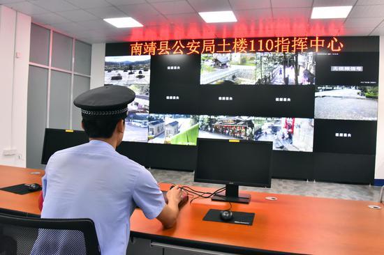 """8月13日,""""土楼110""""指挥中心正式投入使用,工作人员正在对景区各个角落进行实时监控"""