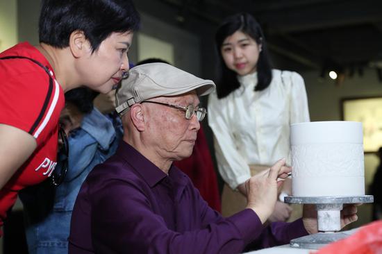"""""""中国陶瓷艺术终身成就奖""""寇富平先生在素胎上演绎刻划技能"""