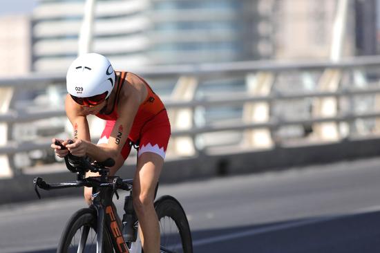 澳大利亚选手阿什利•杰特尔在自行车赛段