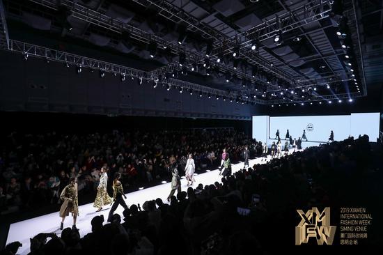 """生命融入服装 设计师杨子""""一千年以后""""主题新品于厦门发布"""