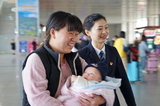 漳州站党员为车站重点旅客提供温馨服务。
