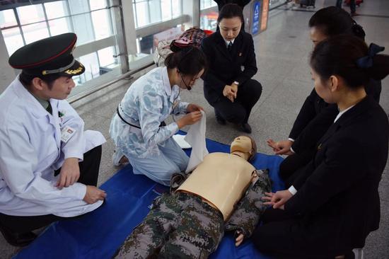 联勤保障部队第九零九医院在漳州站为旅客提供义诊,并现场演示教学心肺复苏。