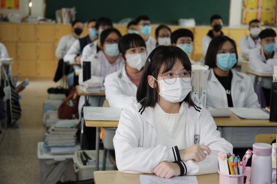 厦大附中高三学子全体佩戴口罩 正在上开学第一课。施靓妮摄