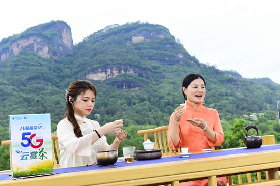 王丽萍(右)讲解品茶持杯的正确手法
