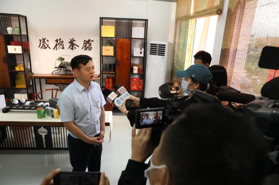 感德镇镇长林清杰接受媒体采访