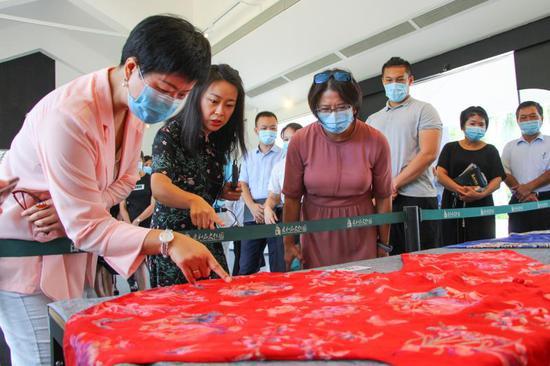 《【摩登2手机客户端登录】惠和石文化园展出 黑龙江流域少数民族服装服饰》