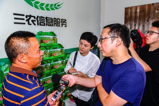 记者在益农信息社采访