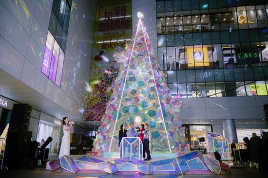 厦门SM点亮璀璨圣诞季 16米幻彩圣诞树闪闪惹人爱