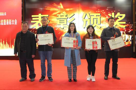 △长富公司副总经理邓德俤(左)给荣获创新改善奖二等奖的获奖代表颁奖