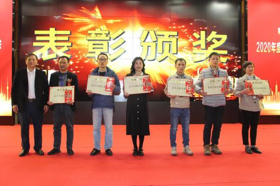 △长富公司常务副总经理胡华接(左)给荣获创新改善奖一等奖的获奖代表颁奖