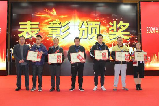 △长富公司副总经理蔡永辉(左)给荣获创新改善奖鼓励奖的获奖代表颁奖