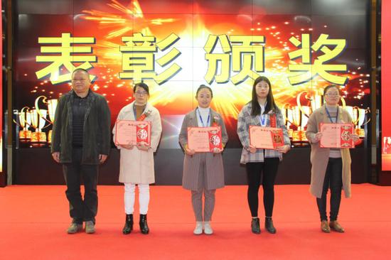 △长富公司监事童慎华(左)给荣获2020年度优秀员工称号的员工颁奖