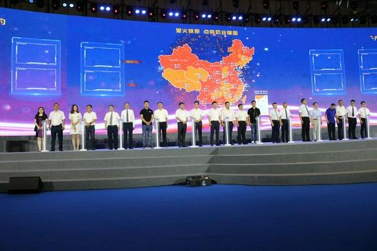 图为长富董事长兼总经理蔡永康(左五)出席第十二届中国奶业大会暨2021年中国奶业展览会开幕式并参加《星火燎原 点亮奶业版图》签约助力活动