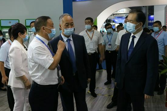 图为农业农村部副部长马有祥(中)莅临长富展馆参观指导