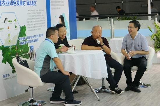 图为原农业部常务副部长刘成果(右二)莅临长富展馆参观指导