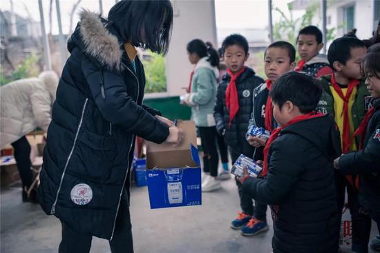 冬日虽冷,但孩子们收到礼物时开心的笑脸却温暖了我们的心!