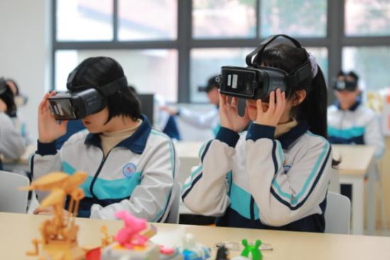 福州三中的学生们体验网龙101VR沉浸教室