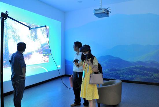 参观者在VR互动体验区体验