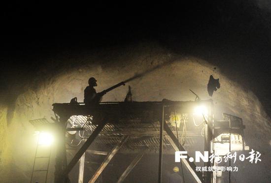 工人在埠兴段隧洞进行岩层喷浆作业。