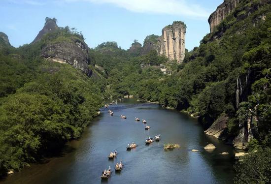 游人乘竹筏在福建武夷山九曲溪漂流