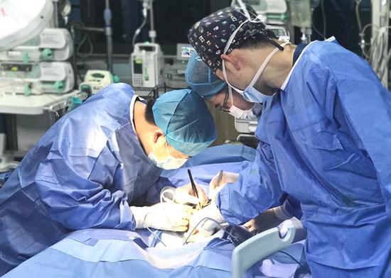厦心ECMO团队连夜奔赴岛外,为患者紧急置入人工心肺,抢得一线生机。
